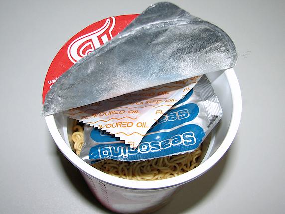 タイのカップめんを食す