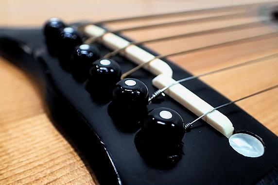 ギターのブリッジピンと弦を交換